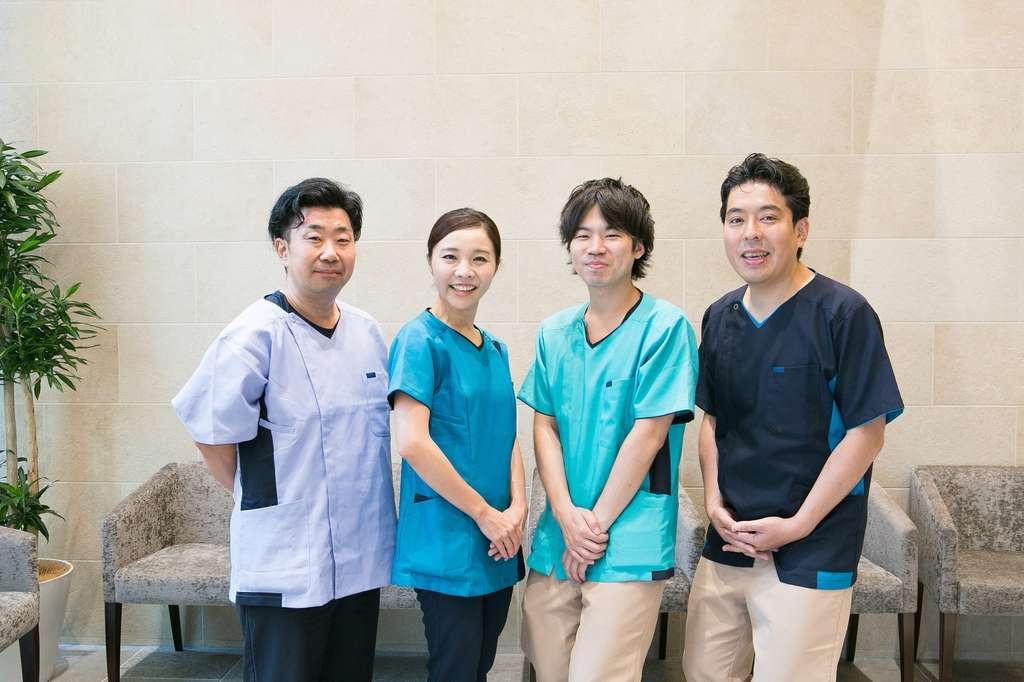 当院の歯科医師(右端:院長の坂田)