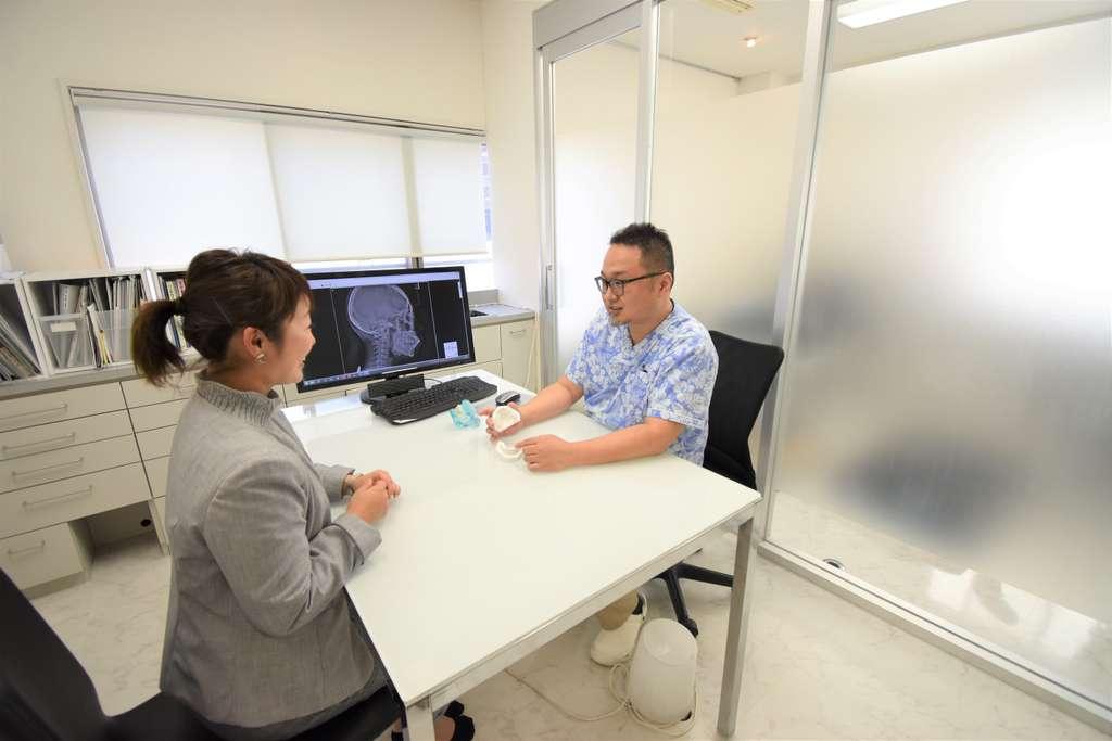セファログラムで撮影したレントゲンを患者さんに説明