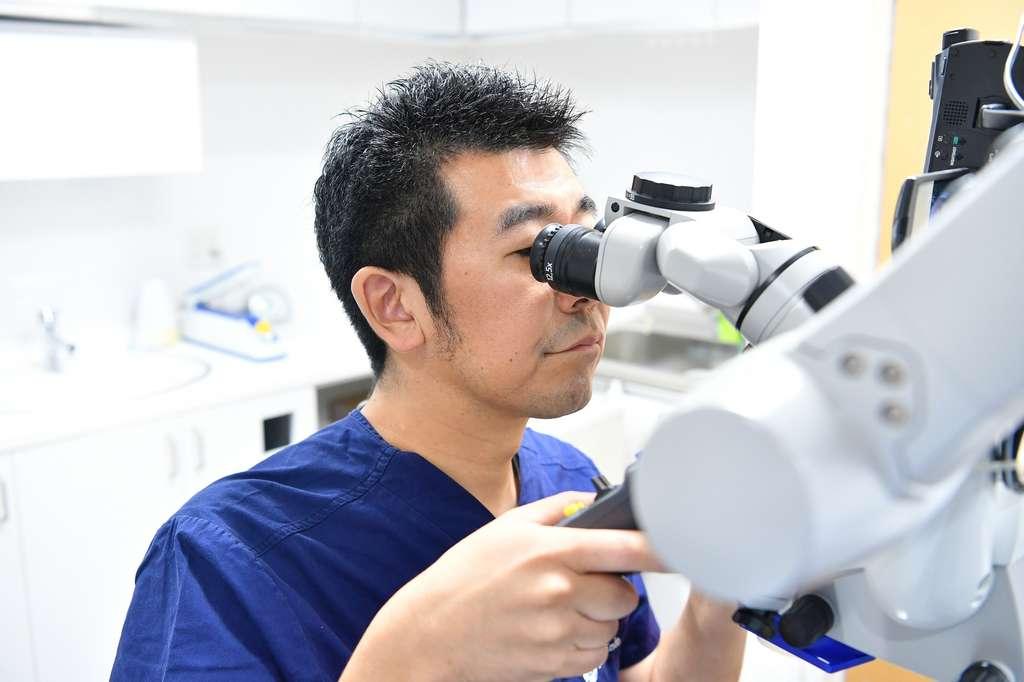 マイクロスコープを使用した歯の神経の治療